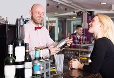 Jeunes amis buvant et causant Photo stock