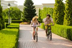 Jeunes amis caucasiens montant des bicyclettes dehors Photographie stock libre de droits