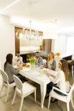Jeunes amis dînant à la maison et grillant avec du vin blanc Images libres de droits