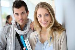 Jeunes amis d'étudiants à l'université Images stock