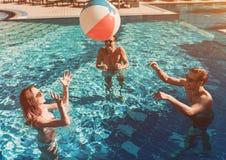 Jeunes amis dans la piscine Photo libre de droits