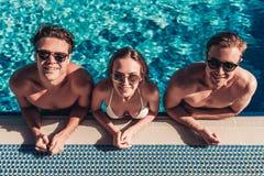 Jeunes amis dans la piscine Photos stock