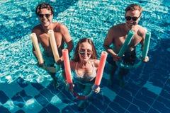 Jeunes amis dans la piscine Photo stock