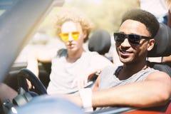 Jeunes amis dans la voiture de cabriolet prête à vacation Image libre de droits