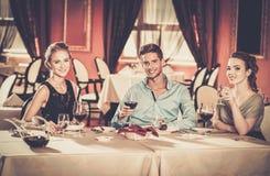 Jeunes amis dans un restaurant Photos stock