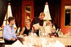 Jeunes amis dans un restaurant de luxe Image libre de droits