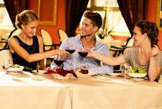 Jeunes amis dans un restaurant de luxe Photo libre de droits
