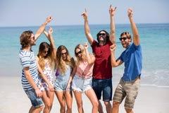 Jeunes amis dansant à la plage pendant le jour ensoleillé Photo stock