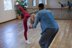 Jeunes amis dansant dans le studio Photos stock