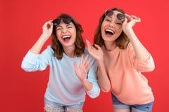 Jeunes amis de dames riants d'isolement Photo libre de droits