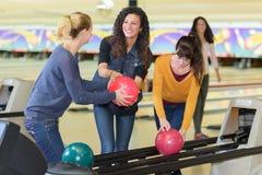 Jeunes amis de groupe dans le bowling Photo stock
