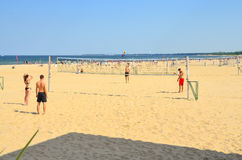 Jeunes amis de groupe jouant le volleyball sur la plage Photo libre de droits
