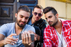 Jeunes amis de hippie ayant ainsi que le téléphone intelligent Image libre de droits
