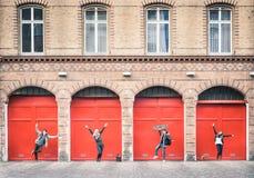 Jeunes amis de hippie ayant l'amusement posant dans la zone urbaine de Berlin Images stock
