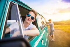 Jeunes amis de hippie sur le voyage par la route Image stock