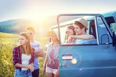 Jeunes amis de hippie sur le voyage par la route Photos stock