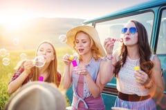Jeunes amis de hippie sur le voyage par la route Photographie stock