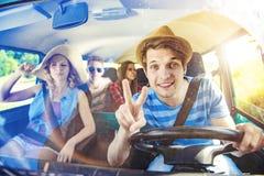 Jeunes amis de hippie sur le voyage par la route Photo stock