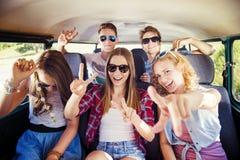 Jeunes amis a de hippie sur le voyage par la route Photos libres de droits
