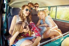 Jeunes amis a de hippie sur le voyage par la route Image stock