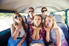 Jeunes amis a de hippie sur le voyage par la route Images libres de droits