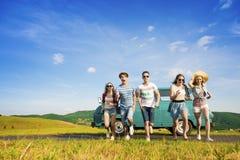 Jeunes amis de hippie sur le voyage par la route Images stock
