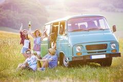 Jeunes amis de hippie sur le voyage par la route Images libres de droits