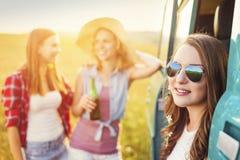 Jeunes amis de hippie sur le voyage par la route Photographie stock libre de droits