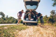 Jeunes amis de hippie sur le voyage par la route un jour d'étés Euro-voyage Image stock