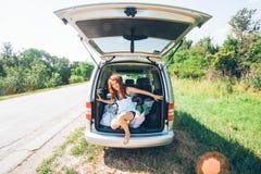 Jeunes amis de hippie sur le voyage par la route un jour d'étés Euro-voyage Photos stock
