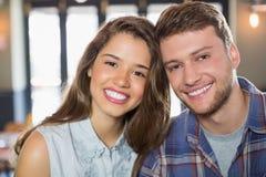 Jeunes amis de sourire au restaurant Images stock