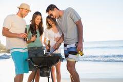Jeunes amis de sourire ayant le barbecue ensemble Image stock