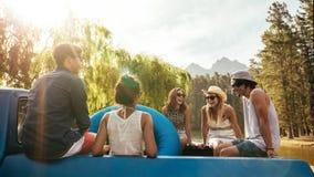Jeunes amis de sourire partant en vacances Photographie stock libre de droits