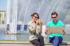 Jeunes amis de touristes voyageant en vacances dans le sourire de l'Europe heureux Fille prenant des photos en parc et chez homme Photographie stock