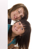 Jeunes amis derrière un panneau-réclame Photo libre de droits