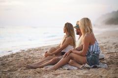 Jeunes amis des vacances Image stock