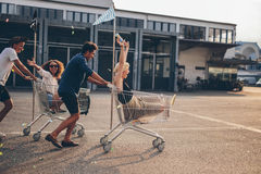 Jeunes amis emballant avec des caddies Photo libre de droits