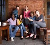 Jeunes amis en café Photos libres de droits