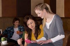 Jeunes amis en café Image libre de droits