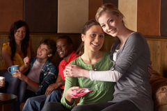 Jeunes amis en café Photo libre de droits