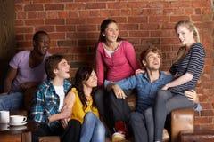 Jeunes amis en café Images stock