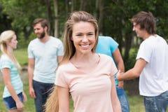 Jeunes amis en parc Photographie stock libre de droits