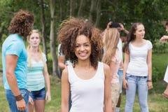 Jeunes amis en parc Images stock
