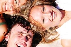 Jeunes amis ensemble Photo stock