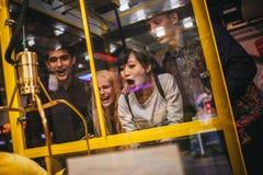 Jeunes amis enthousiastes jouant le jeu de saisie de jouet Photos libres de droits