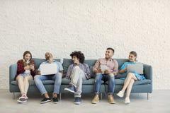 Jeunes amis et concept de technologie Photos stock