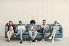 Jeunes amis et concept de technologie Photos libres de droits