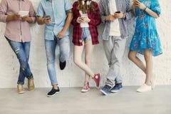 Jeunes amis et concept de technologie Photo libre de droits