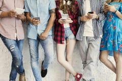 Jeunes amis et concept de technologie Image libre de droits