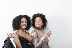 Jeunes amis féminins élégants ayant l'amusement ensemble Images stock